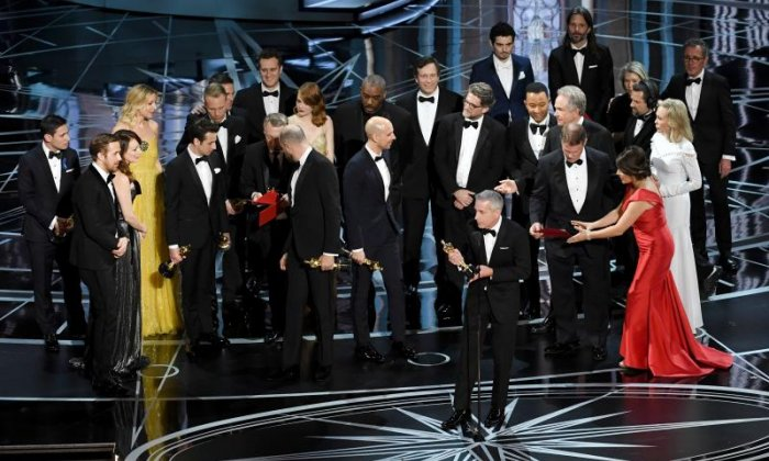 'I will measure embarrassing moments from survivable to La La Land' - Twitter reacts to Oscars mistakes