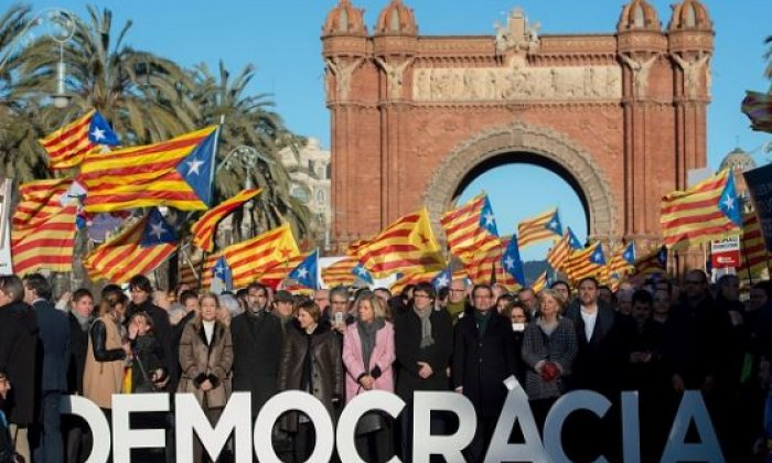 Catalan independence supporters are seen in Barcelona ahead of regional figurehead Artur Mas's civil disobedience trial this year