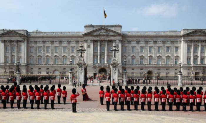 Man arrested by armed police outside Buckingham Palace