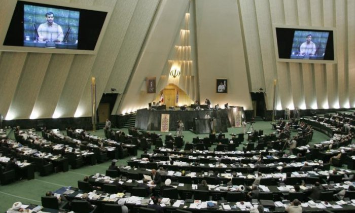 Shootings in Iranian parliament and Khomeini shrine - reports