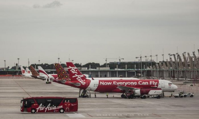 Man causes panic after attempting to open AirAsia plane door mid-flight