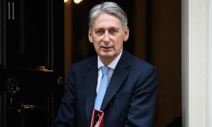 Brexit: 'Philip Hammond can't go off the rails so had to agree with Liam Fox'