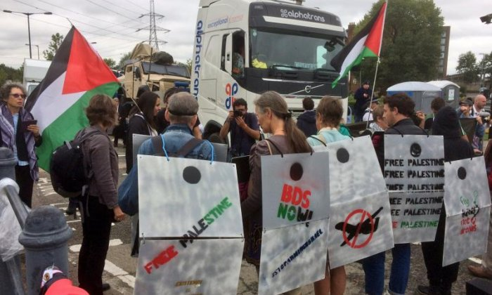 Activists form a human wall against the traffic (Credit: London Palestine Action)