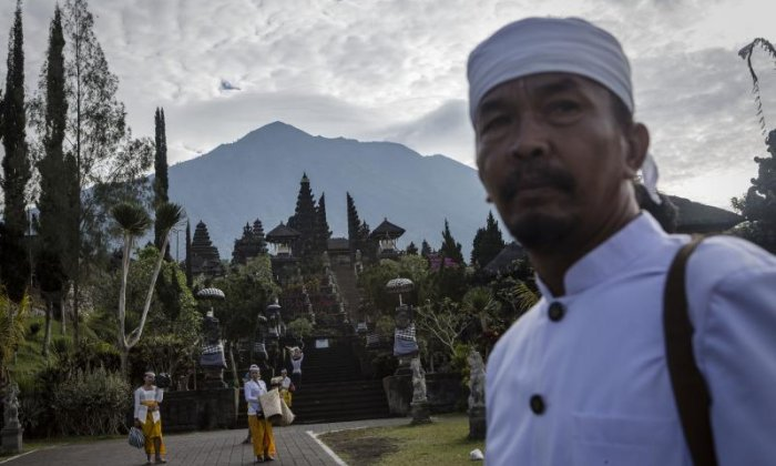 Thousands of people in Bali evacuated over volcanic eruption fears