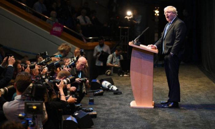 Crowd cheers as Boris Johnson demands Theresa May 'chuck Chequers'