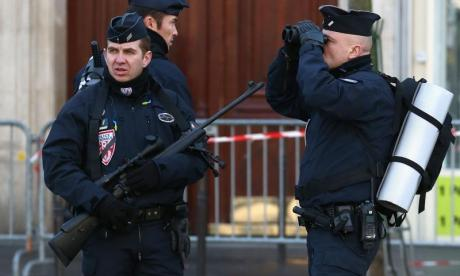 Police officer stabbed in the throat and one dead in a Paris shootout