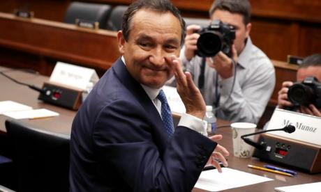 United Airlines boss Oscar Munoz personally apologises for violent removal of passenger