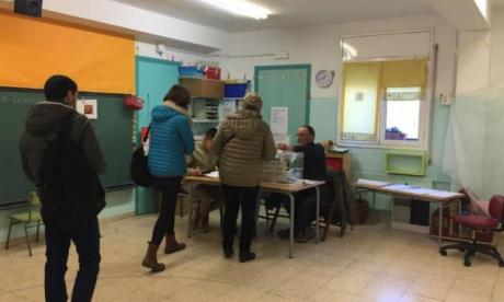 People are seen going to the polls in Barcelona this morning (Marta Malagon Manas)