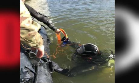 Divers seen working to remove the bomb found near London City Airport last weekend